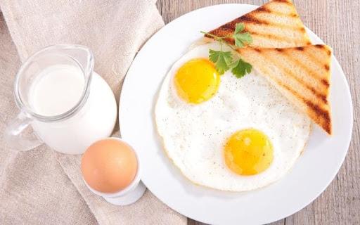 Ăn-sáng-với-trứng-ốp-la-và-sữa